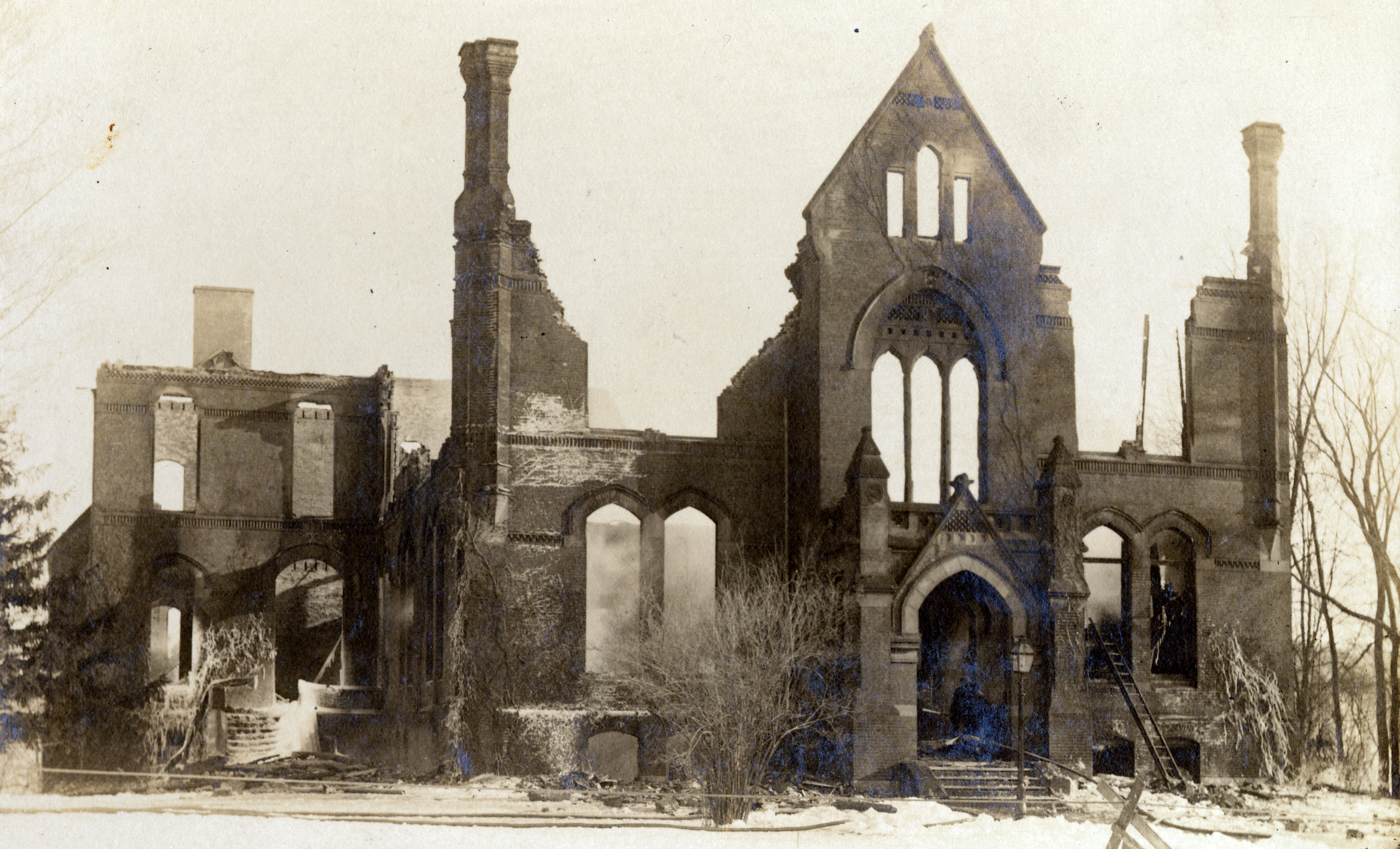 The ruins of Williston Hall after a fire in 1917